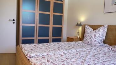 Schlafzimmer 1 / Kleiderschrank, Rattan – Doppelbett