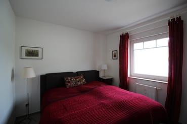 Schlafzimmer mit Doppelbett und Schlafzimmer