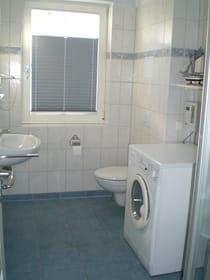 Bad mit Dusche, Fön und Waschtrockner
