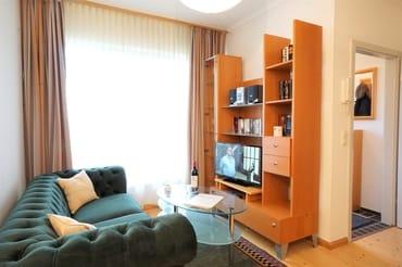 Wohnbereich mit Sitzecke und Flachbildfernseher