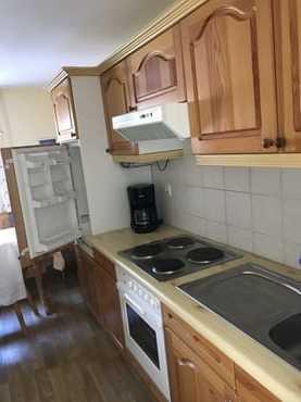 Küchenzeile mit Backofen und Herd + Wohnzimmer