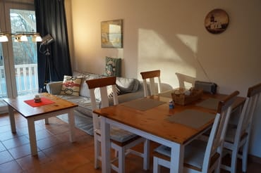 Sonniger Wohnraum mit Sitz- und Essecke