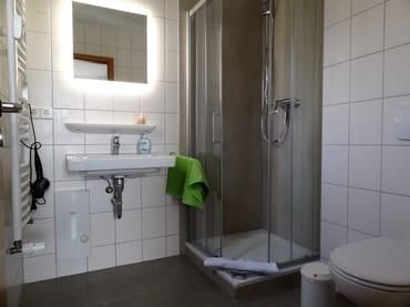 Neu modernisiertes Bad, Dusche mit niedrigen Einstieg
