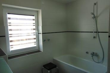 Bad 1 mit Badewanne und Duschvorrichtung