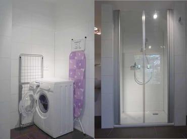Waschmaschine und Bügeleisen im grossen Duschbad