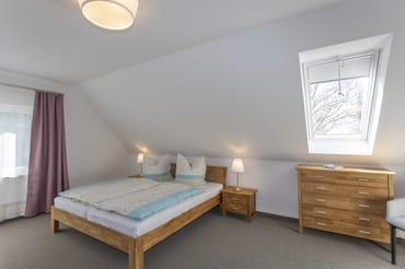 Schlafzimmer 1 mit Doppelbett und Dybed