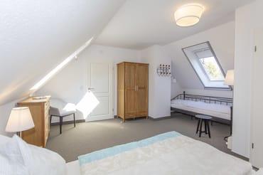 Schlafzimmer 1 mit Doppelbett und Daybed