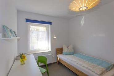 Schlafzimmer 3 mit 2 Einzelbetten und Schreibtisch