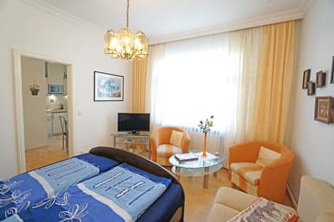 Wohn- und Schlafzimmer mit Flachbildfernseher