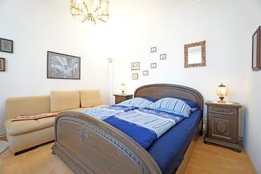 Wohn- und Schlafzimmer mit Doppelbett