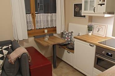 Sitzecke mit verschiebbarem Tisch