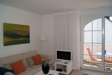 Wohnbereich mit Blick auf den Balkon
