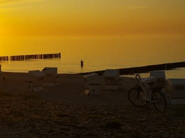 Angler in der Abendsonne und ruhiger Ostsee.