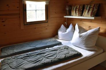 Schlafzimmer mit Doppelbett - klein, aber kuschelig