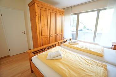 zweites Schlafzimmer mit Doppelbett und separatem Balkon
