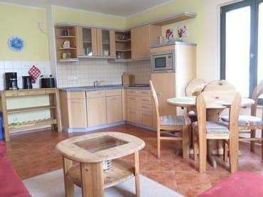 er helle Wohnraum verfügt über einen kombinierten Wohn-Koch u. Essbereich mit offener komplett eingerichteter Küche (Ceranfeld,Geschirrspüler,Kühlschrank m. Gefrierfach,Mikrowelle,Kaffeemaschine,