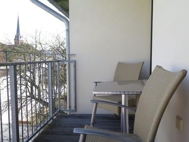 Auf dem angrenzenden sonnigen Balkon in Richtung Südost begrüßen Sie den Tag bei Sonnenschein oder lassen diesen abends mit einem spannenden Buch und einem Glas Wein ausklingen.