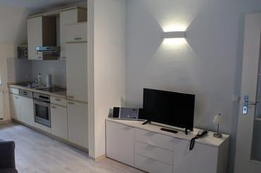 Wohnraum mit Fernseher, CD Player, Telefon und kostenfreiem WLAN