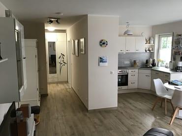Blick vom Schlafzimmer in den Flur und den Wohnbereich