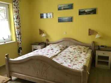 Schlafzimmer mit Doppelbett und neuen Matratzen