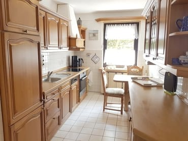 Separate, geräumige Küche mit Echtholz-Front, komplett ausgestattet