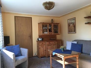 kleiner gemütlicher Wohnraum mit Sat/TV