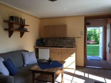 Pantry- Küche mit Seranfeld, Kaffeemaschine, Toaster und Wasserkocher