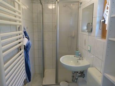 Das Badezimmer mit Fenster im EG. Ein Föhn und ein Schminkspiegel sind in der Ausstattung mit enthalten.