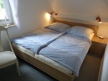 Doppelbett 2,00m x 1,60m, 2 Kommoden und 2 Stühle, Platz für ein Kinderreisebett