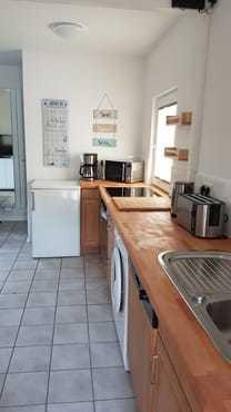Die Küche ist voll ausgestattet.