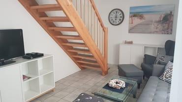 Das Wohnzimmer mit Flachbildfernseher.