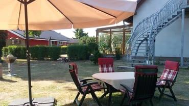 Garten mit Sitzmöglichkeit und einem Grill