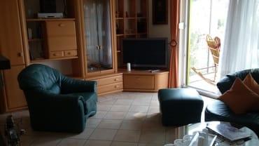 Wohnzimmer mit Durchgang zum Wintergarten