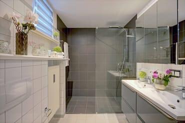 Komfortabel gestaltet erwartet Sie das Badezimmer en Suite mit einer Dusche,...