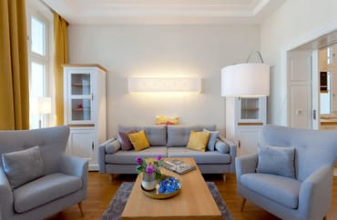 Das Sofa eignet sich für die 3. und 4. Person als gemütliche Rückzugsmöglichkeit als auch als bequeme Schlafstätte.
