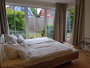 Blick in das helle Schlafzimmer