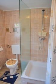 Bad mit Dusche und WC (2. Ansicht)