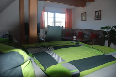 Wohnschlafraum, links 1,40er Bett unter der Schräge.