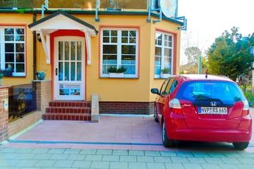 Eigener Eingang, Garten/Terrasse rechts, Parkplatz rechts.