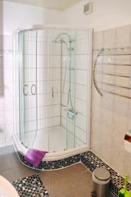 Dusche von Wohn- und Schlafzimmer über Flur zu erreichen!
