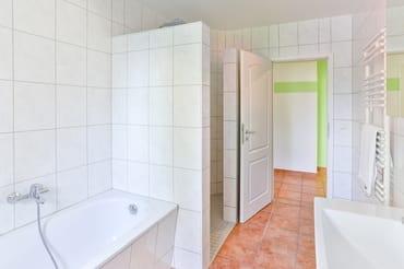 Badezimmer mit Badewanne, Dusche und WC