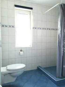 Typ 1/2 Bad mit Dusche, WC, Waschbecken, Fön, Fenster, Fußbodenheizung