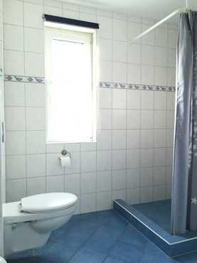 Typ 1/2 - Dusche, Waschbecken, WC, Fön, Fenster, Fußbodenheizung