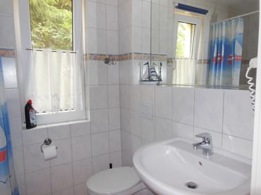 Typ 1/1 - Bad mit Dusche, Waschbecken, WC, Fön, Fenster, Füßbodenheizung