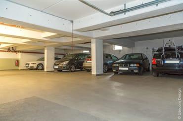 Ein Tiefgaragenstellplatz direkt am Haus und ein gemeinschaftlicher Fahrradabstellraum stehen kostenlos zur Verfügung.