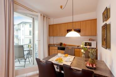 Die integrierte Küchenzeile mit Mikrowelle, Toaster, Kaffeemaschine, Kühlschrank mit Gefrierfach, Geschirrspüler und Wasserkocher ...