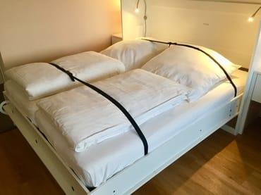 Das Bett wird ausgeklappt samt Bettzeug. Es lüftet im eingeklappten Zustand durch integrierte Ventilationsöffnungen.