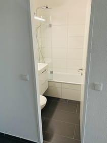 Neues Bad (eingebaut Dezember 2020) mit Badewanne, Regenschauerdusche ...