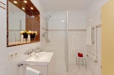 Eine Badezimmer mit Dusche, WC und Haartrockner ...