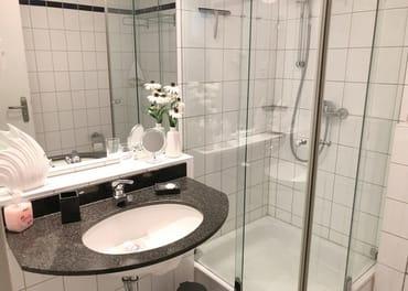 Das Badezimmer mit Dusche und WC